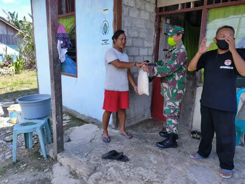 Penyerahan sembako oleh Anggota BKO Kodim Persiapan Teluk Wondama kepada warga di Distrik Rasiey. di Kabupaten Teluk Wondam